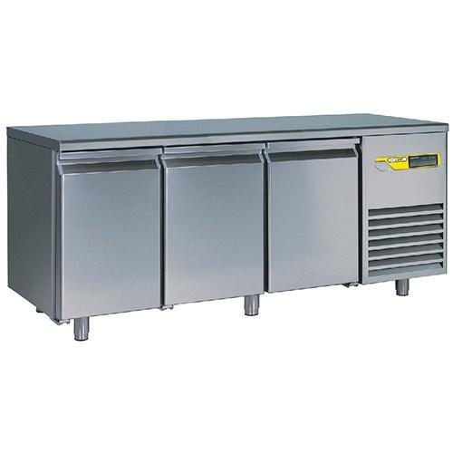 Refrigerated tables with baking grids